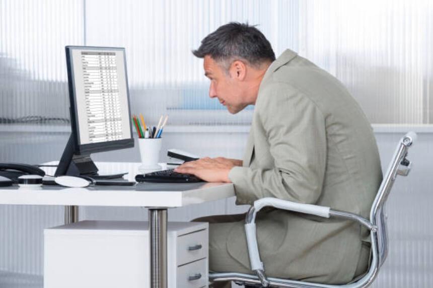 男子駝背用電腦